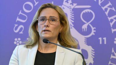 Meri Obstbaum, prognoschef vid Finlands Bank, talar i mikrofon på en presskonferens.