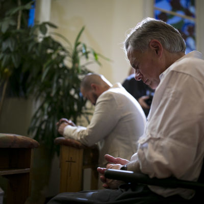 Texasin kuvernööri Greg Abbott rukoilee kirkossa.