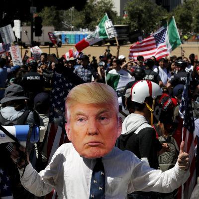 Trumpsupportrar och andra marscherar i Los Angeles på första maj 2017.