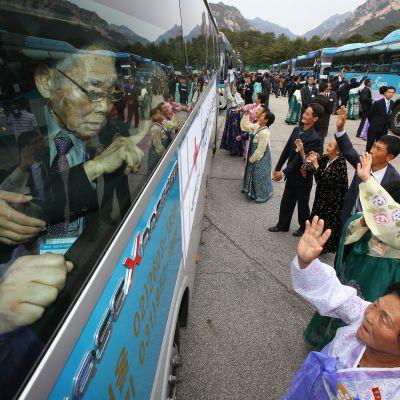 Nordkoreaneer tar farväl av sydkoreanska anhöriga som de fick träffa i Nordkorea år 2015