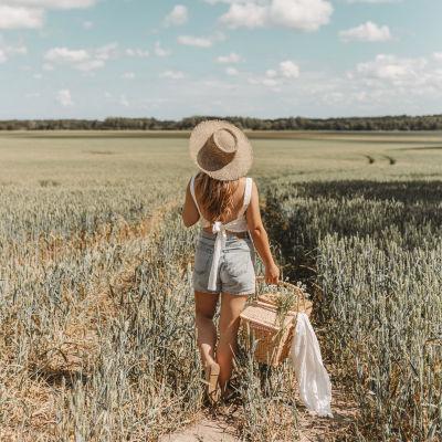 Rebecca Fredriksson i ett landskap.