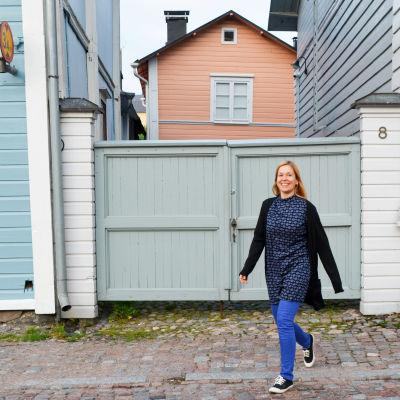 maria linde går omkrign i gamla stan i borgå
