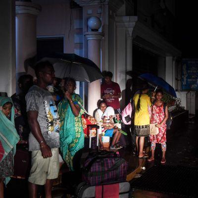 Ännu under natten till fredagen väntade en del människor på att skjutsas bort från staden Puri, i Odisha.