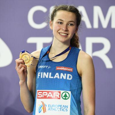 Ella Junnila håller i medalj.