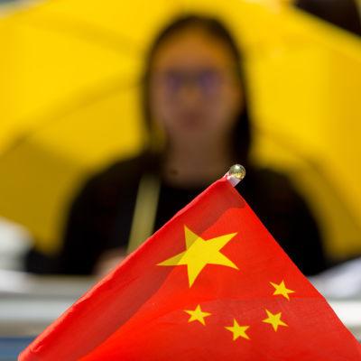 En pro-demokratiaktivist håller i ett gult paraply utanför Hongkongs parlament den 18 juni 2015.
