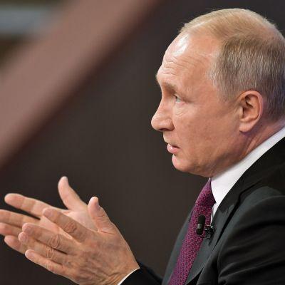 Vladimir Putin talar.
