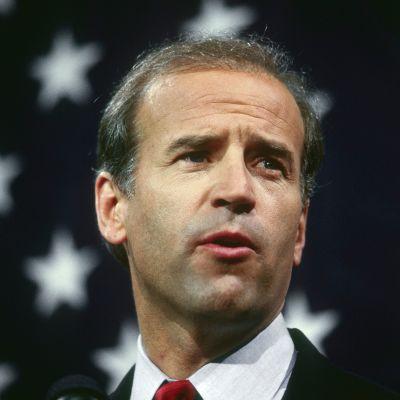 Senaattori Joe Biden vuonna 1987. Bidenin takana on Yhdysvaltojen lippu.