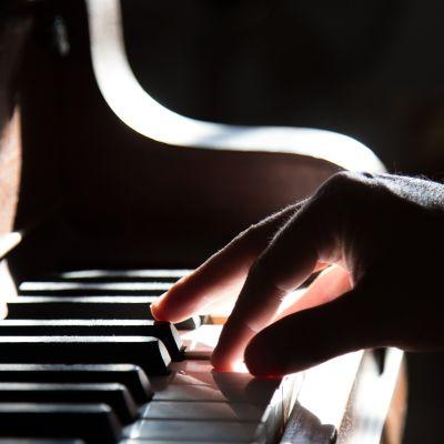 en pianists högra hand på pianotangenterna