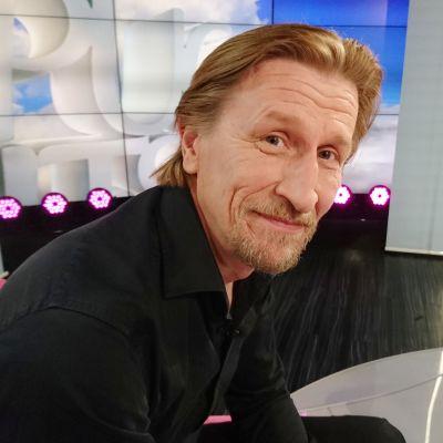 Näyttelijä Ilkka Koivula Puoli seitsemän -ohjelmassa