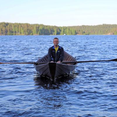 Heikki Joskitt soutuveneessä.