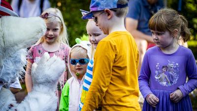 Viking Lines maskot Ville Viking hälsar på barn under Konstens natt i Åbo.