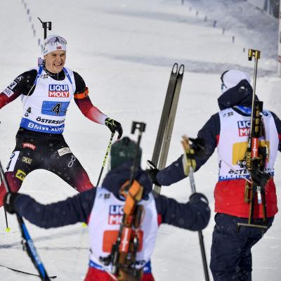 Norges ankare Vetle Sjåstad Christiansen för Norge i mål i mixedstafetten i Östersund.