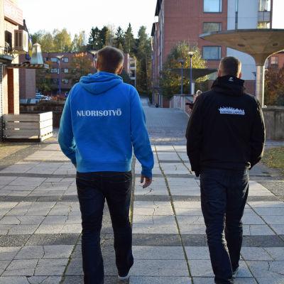 Juho Outavaara (till vänster) och Timo Kyllönen träffar ungdomar i Björkby, där det enligt tidningsuppgifter rör dig tunga droger.
