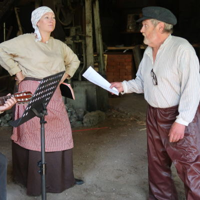 3 skådespelare med gammaldags kläder