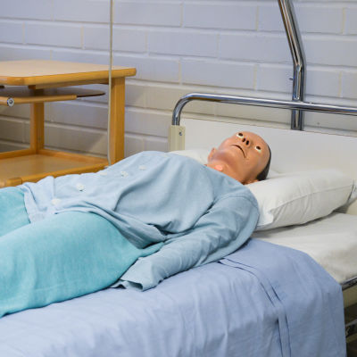 Övningsdockor i sjukhussängar.