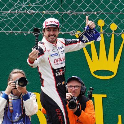 Fernando Alonso juhlii Le Mansin 24 tunnin ajon voittoa kesäkuussa 2019.