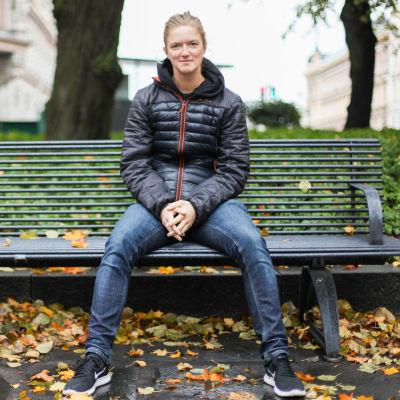 Lisa Gerkman sitter på en bänk och tittar in i kameran.