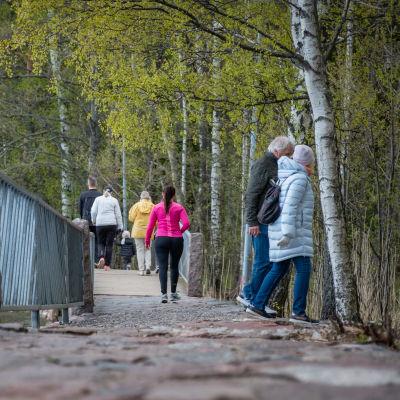 Ihmisiä kävelee Espoon rantaraitilla Haukilahdessa 18.5.2020.
