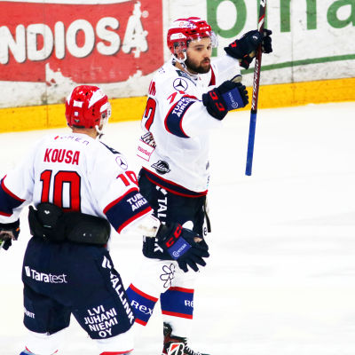 Emil Bemström firar ett mål.