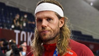 Mikkel Hansen lämnar OS-arenen med en silvermedalj runt halsen.