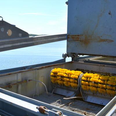 Oljebekämpningsfartyget Halli borstar oljan ur havet.