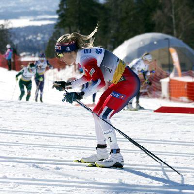 Therese Johaug åker under VM i Seefeld.