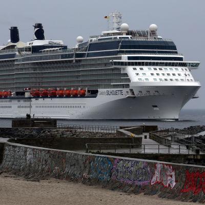 Kryssningsfartyg på väg till Rostock.