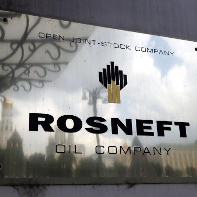 Skylt på väggen till Rosnefts huvudkontor i Moskva.