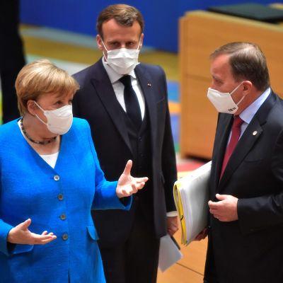 Tysklands förbundskansler Angela Merkel, Frankrikes president Emmanuel Macron, Sveriges statsminister Stefan Löfven och Finlands statsminister Sanna Marin diskuterar under EU-toppmöte.