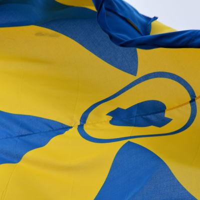 Flagga med Kimitoöns kommuns flagga.