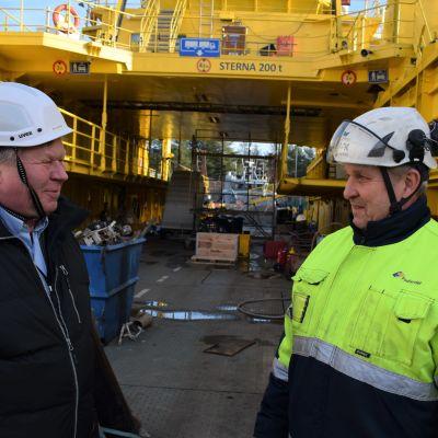Keijo Niskanen Finferries-yhtiöstä ja Pekka Niinistö Teijo telakalta juttelevat korjattavan maantielautan kannella.