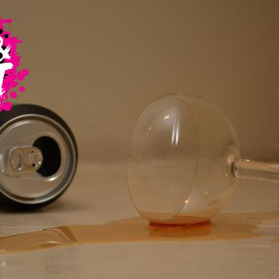 en alkohol dryck som har spillts på bordet
