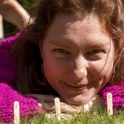 Nora Gullmets vid ett solur.