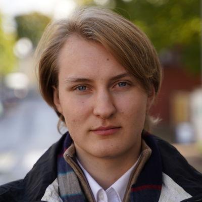 Porträtt av Nooah Riijärvi, fotad utomhus.