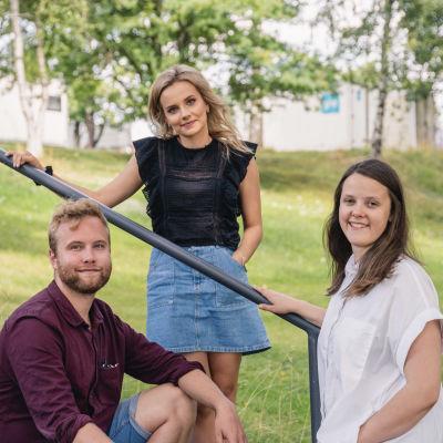 Simon Karlsson, Fanny Lundin och Isabella Mattsson ler mot kameran i en somrig miljö