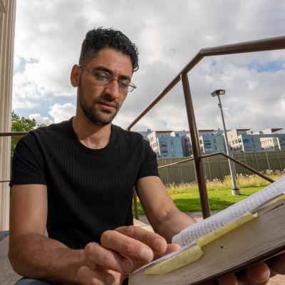 Anes Abduljabbar lukee arabiankielistä raamattua.