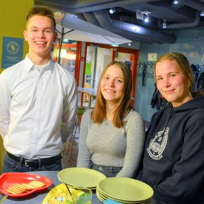 Tre medlemmar i ungdomsfullmäktige.