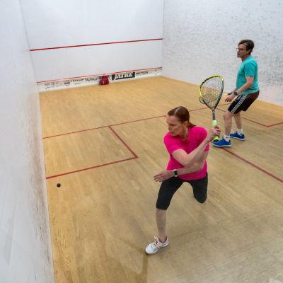 Kirsi Hakala-Strengell ja Sakari Strengell harrastavat squassin lisäksi korona-aikan ulkoilua, kuntosalilla käynti on jäänyt pois.