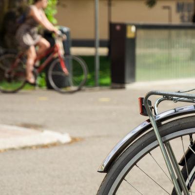 Parkerad cykel.