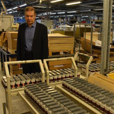 Trafomicin omistaja Eero Mäkinen katselee komponentteja