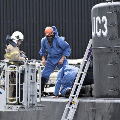 Ubåten UC3 Nautlius undersöks i Köpenhamns hamn den 13 augusti .