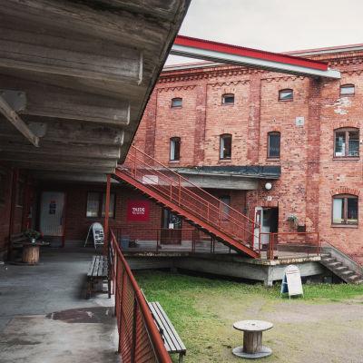 Fasaden till kulturcentret Taideruukki i Kuusankoski.