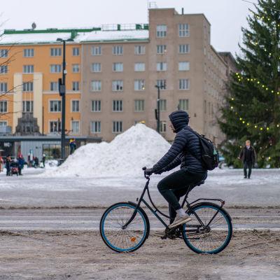 Polkupyöräilyä talvella.