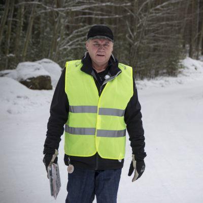 Markku Mäki-Ullakko kävelyllä.