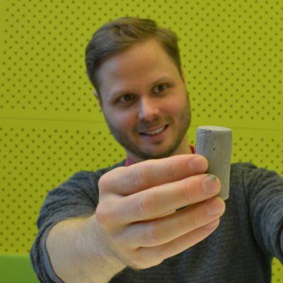 Tuomas Alijoki esittelee kovaksi jalostettua savea