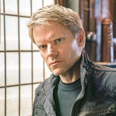 Van der Valk -rikossarjan pääroolin näyttelee Marc Warren.