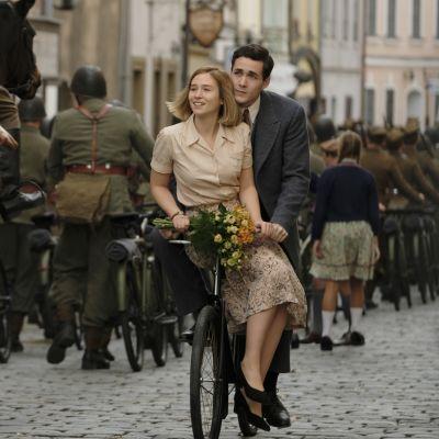 Brittiläisessä draamasarjassa rakkaus, toivo ja tragedia kietovat yhteen ihmiskohdtaloita sodan jaloissa.