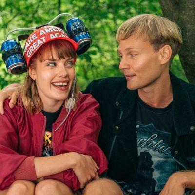 Anna Airola (Oona) ja Arttu (Elias Salonen)  istuvat puistossa vierekkäin. Oonalla on päässään kaljakypärä.