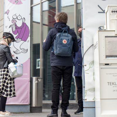Kansainvälisen kuluuripääkaupunkiraadin jäsenet menossa Oulun kulttuurikeskus Valveeseen.