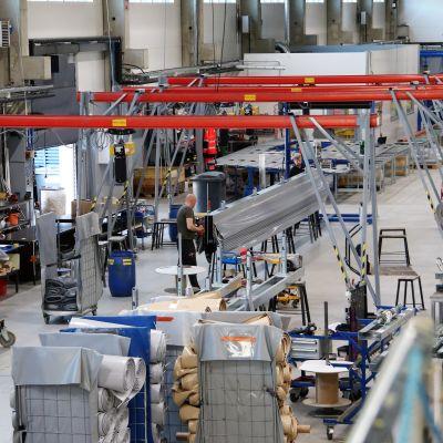 Nivalalaisen Champion Doorin teollisuushalli sisältä.